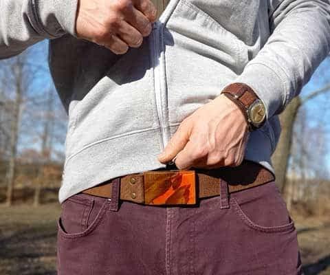 Czech design shop FOP belts - pánský kožený pásek s dřevěnou přezkou