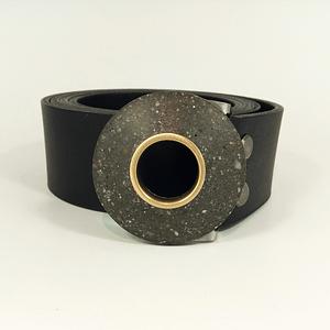 Kožený pásek s přezkou, kruhová spona antracit-mosaz, černý