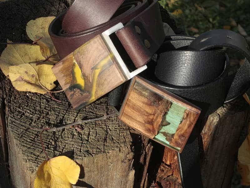 kožené pásky FOP belts, opasky z pravé kůže, zdobené originálními opaskovými přezkami z přírodního dřeva a barevné pryskyřice žluté a zelené barvy, široké 4 cm