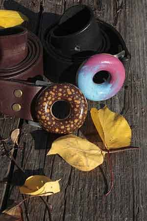 Kožené pásky FOP belts široké 4 cm s velkou kruhovou sponou zdobenou barevnou polychromií